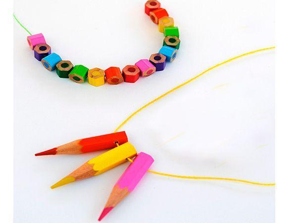 Чтобы сделать стильные украшения из карандашей, вам понадобится: шнур, ножовка, наждачная бумага, карандаши.