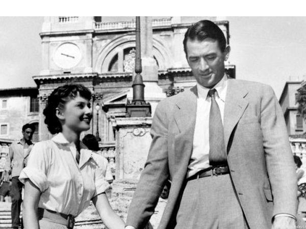 Римские каникулы. Анна — принцесса некоего маленького государства, которая приезжает в Рим в рамках своего широко разрекламированного дипломатического тура по странам Европы. Она знакомится с американским репортером Джо Брэдли, который не верит в то, что перед ним настоящая принцесса.