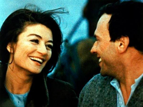 Мужчина и женщина. Главная героиня — Анна Готье — молодая вдова. Её муж работал каскадером и трагически погиб у неё на глазах во время несчастного случая на съемочной площадке. Главный герой — Жан-Луи — молодой вдовец.