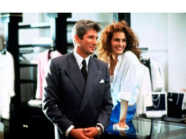 Красотка. Ее зовут Вивьен и она берет только наличными. Финансовый магнат Эдвард Льюис не хочет расставаться с ней и предлагает девушке остаться в его номере в отеле еще на некоторое время — за дополнительный гонорар.