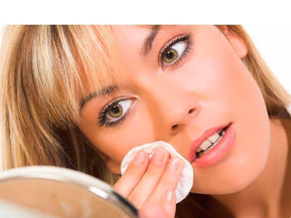 Удаляя макияж, добавьте несколько капель оливкового масла на свои пальцы и мягко вотрите в свою кожу. Смойте с мылом оливковое масло, вместе с ним уйдёт и косметика, которая была на лице.