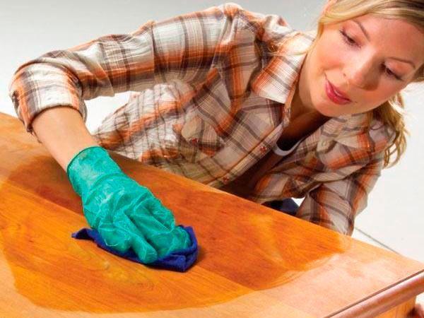 Мягкую ткань слегка намочите в оливковом масле и протрите мебель, отполировав её. Масло будет также сохранять древесину сырой — и она будет служить дольше.