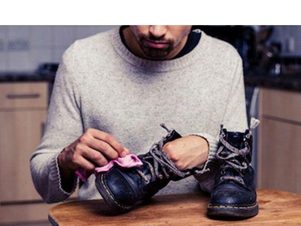 У вас, возможно, кончился крем для обуви, но не волнуйтесь! Обмакните мягкую ткань в оливковое масло и протрите обувь до блеска, как вы обычно делаете.