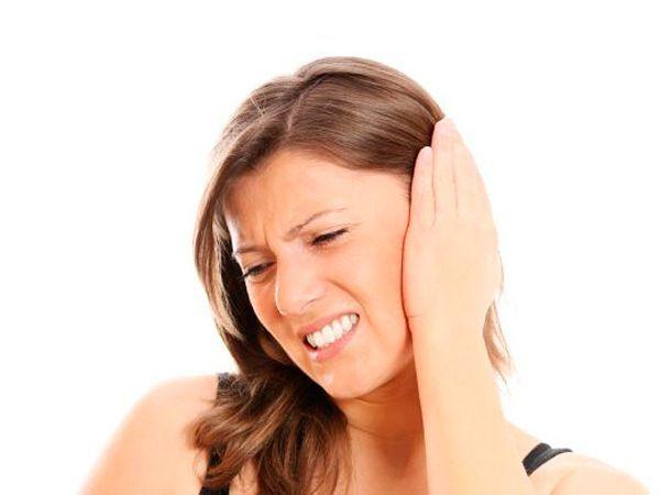 Пропитайте ватный тампон оливковым маслом и положите в ухо. Это поможет снять боль и удалить избыток серы.