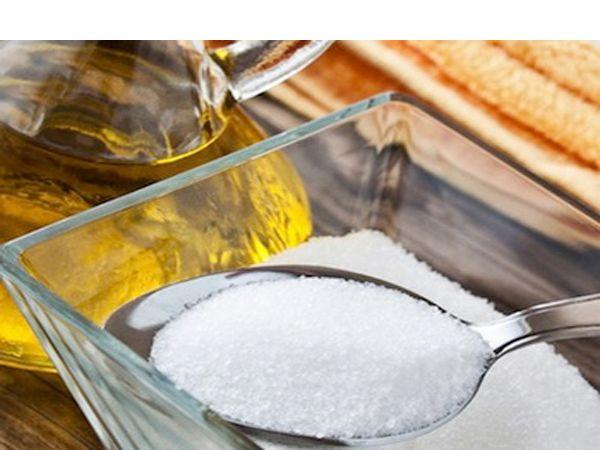 Смешайте немного соли или сахара с оливковым маслом и мягко втирайте в кожу для эффективного шелушения. После наложения средства подождите минуту, затем ополосните холодной водой.