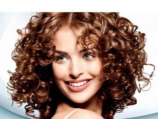 Если вы хотите сохранить кудри, когда влажность воздуха повышена или в ветреный день, нанесите на расческу немного оливкового масла и расчешите сухие волосы.