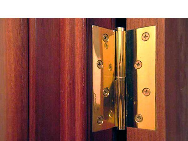 Протрите дверные петли тряпкой с несколькими каплями оливкового масла. Петли перестанут скрипеть.