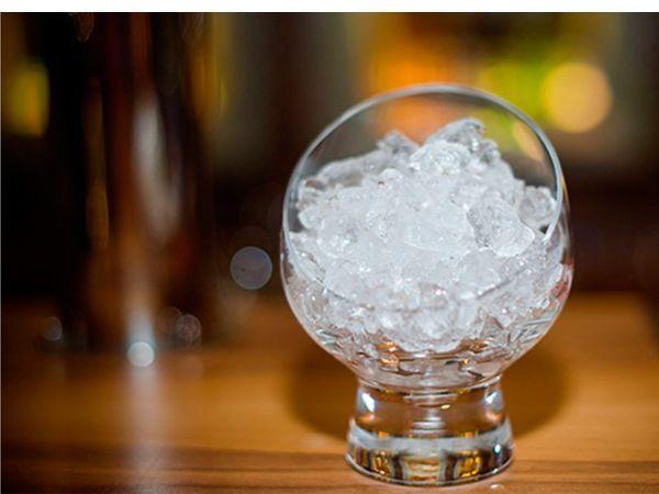 Смешайте молоко с минеральной водой. Заморозьте. Протирайте ежедневно лицо кубиками молочного льда.
