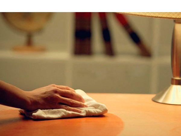 Полированную мебель протрите сначала сухой тряпочкой, а затем куском фланели, увлажнённой скипидаром или машинным маслом. Примерно через полчаса мебель натрите до блеска сухой мягкой тканью.