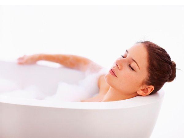 Всем известно, что Клеопатра принимала ванны из молока. Разведите 100 г сухого молока в теплой воде, а затем добавьте в воду для купания. Молоко – прекрасное средство для смягчения кожи.