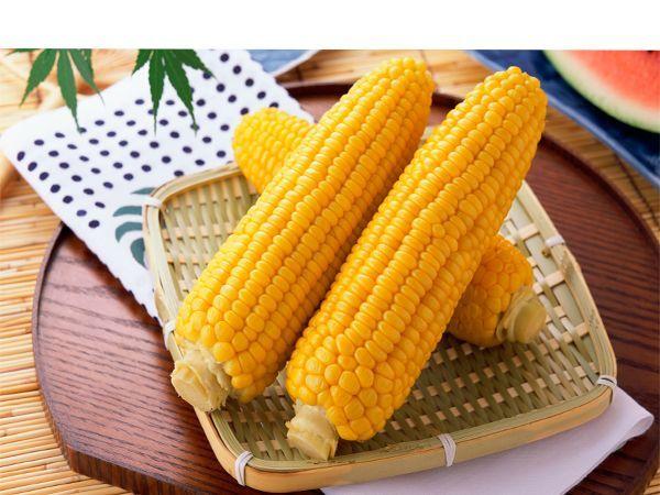 Это простой способ, благодаря которому вареная кукуруза становится слаще и вкуснее. Добавьте в кастрюлю с кипящей водой 50 г сухого молока, прежде чем положить туда кукурузу.
