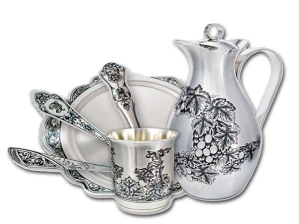 Потускневшие серебряные изделия восстановят свой блеск с помощью молока. Замочите серебро в молоке на 30 минут, затем смойте теплой водой с мылом и аккуратно протрите  мягкой тканью.