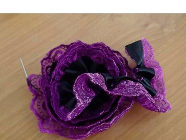Пришивать от внешнего края к внутреннему, постепенно сужая круги. Аккуратно закрепить в середине второй конец кружева. В сердцевину цветка можно приклеить или пришить красивую бусину, пуговицу.