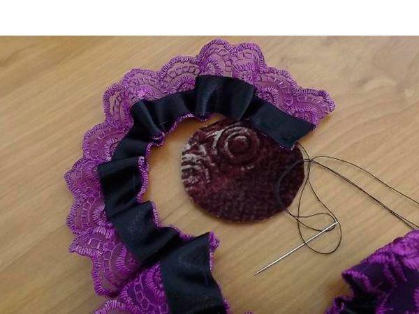 Далее понадобятся два кружка для основы. На один кружок нужно пришить кружево с лентой, формируя цветок, на второй кружок прикрепить заколку или булавку для броши. Нужно пришить ленту к основе.