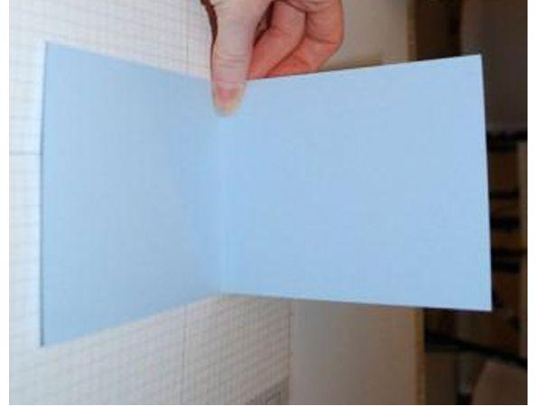 Складываем  картон-заготовку открытки для малыша вдвое. Вырезаем контур открытки, напоминающий детскую одежку.