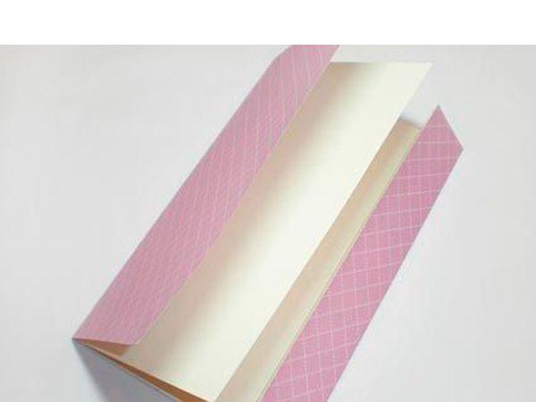 Далее из бумаги для скрапбукинга вырезаем прямоугольник такого же формата, как и внутренняя основа. Аккуратно склеиваем эти две заготовки с одной стороны (а именно с той, где сгиб находится на меньшем расстоянии от края). С другой стороны края пока оставляем свободными.