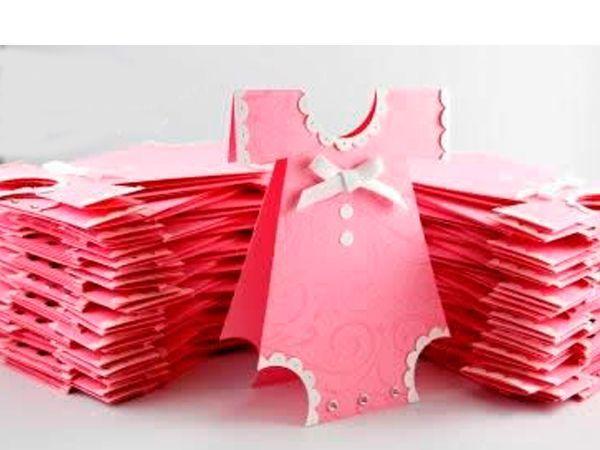 Чтобы сделать открытку для младенца, понадобится: плотный картон (расцветку выберите в зависимости от пола малыша, для которого делается открытка) бумага для отделки краев  открытки для малыша штамп- дырокол ножницы, клей ленточка, бисер.