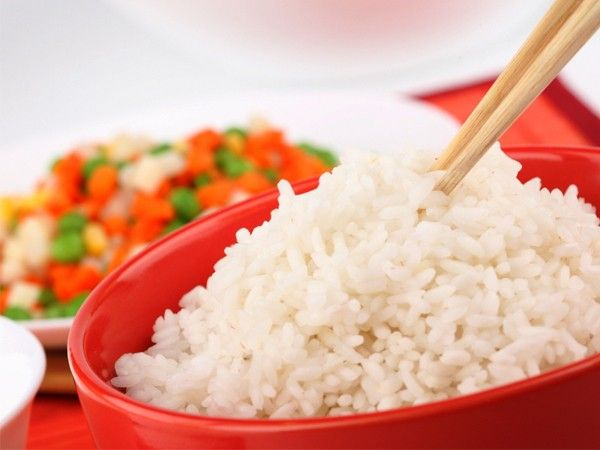 В понедельник устройте рисовый день. Вечером в воскресенье замочите стакан бурого риса, а утром в понедельник промойте его хорошенько, залейте крутым кипятком и отваривайте 15 минут. Затем разделите на 6 частей (порций) и кушайте по одной порции в течение дня.