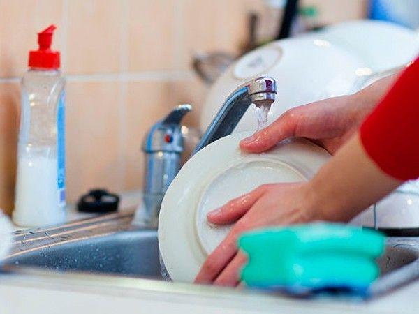 После еды встаньте и вымойте посуду. Когда вы лежите или сидите, вы помогаете жиру завязаться. А вот стоять после еды очень даже полезно. Информация с сайта http://www.dietplan.ru/