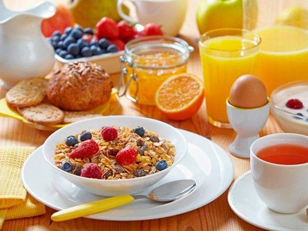 Не забывайте завтракать. Нельзя ходить голодным с утра, а вечером набрасываться на еду. Утром нужно есть много, а вечером мало.