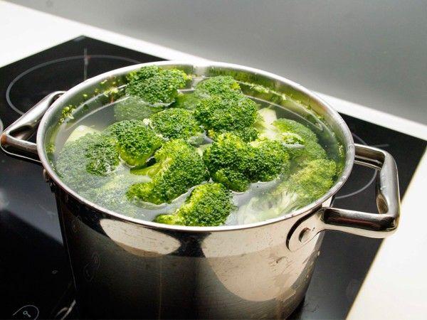 Овощи нужно варить, следуя некоторым правилам. Крышка должна быть темного цвета и плотно прилегать к кастрюле. Во время варки нельзя протыкать овощи. Готовые овощи нужно сразу вынимать из отвара.