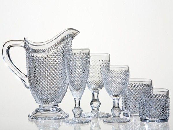 Чтобы стеклянная и хрустальная посуда сверкала, необходимо помыть ее, используя пищевую соду.