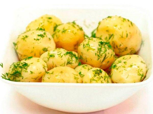 Для того, чтобы картофель не развалился при варке, его нужно варить в соленой воде с несколькими каплями уксуса.