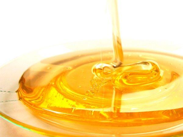 Как правильно выбирать мед: нужно взять палочку и попытаться накрутить на нее мед. Если он не будет накручиваться, то мед не настоящий.