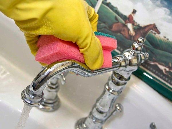 Для того чтобы убрать известковый налет около крана, нужно протереть это место теплым уксусом.