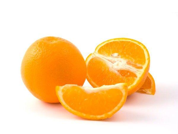 Апельсин вместе с кожурой натереть на пластмассовой терке, залить половиной стакана водки, настаивать 5-7 дней в темном месте. Затем процедить, отжать, добавить в полученный лосьон столовую ложку глицерина. Протирать жирную пористую кожу вечером.