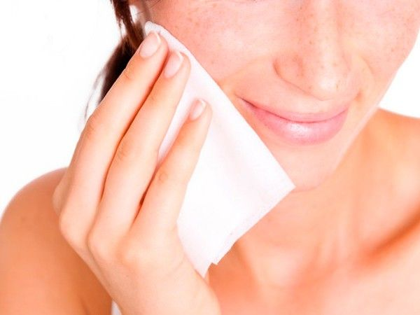 Существуют специальные салфетки, с помощью которых можно промакивать кожу в течение всего дня и убирать жирный блеск. Такие салфетки не повредят макияж, и удалят избытки кожного сала.