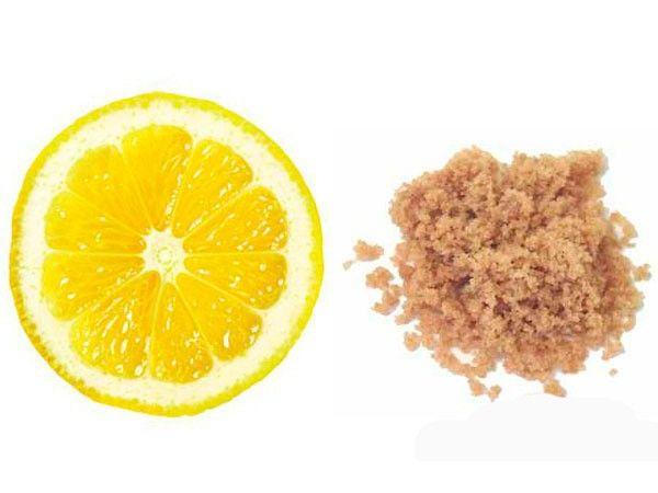 Вот рецепт простого пилинга, который можно без труда изготовить в домашних условиях: смешиваете сок лимона и пару чайных ложек сахара и с помощью ватного диска массируете этой смесью лицо.