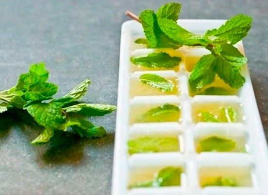 Сок лайма и мяту для приготовления мохито можно приготовить заранее и заморозить в маленьких формочках. Удобно, правда?