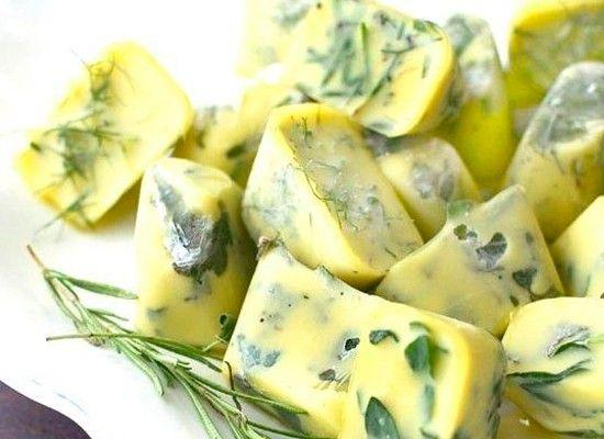 Чтобы иметь вкусную заправку к салатам, можно заморозить зелень в оливковом или сливочном масле.