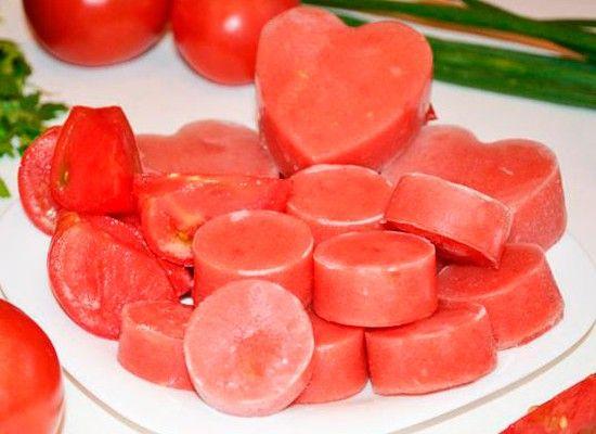 Перетертые помидоры легко заморозить с лета. Тогда не придется покупать томатную пасту зимой.