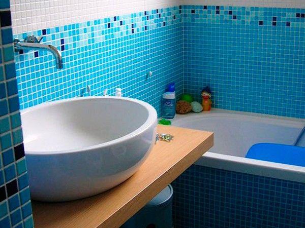 12. Прекрасным способом отделки стен не только в ванной комнате или на кухне является мозаика. Данный материал позволяет создавать шедевры, которые идеально будут смотреться и спальне, и в гостиной.