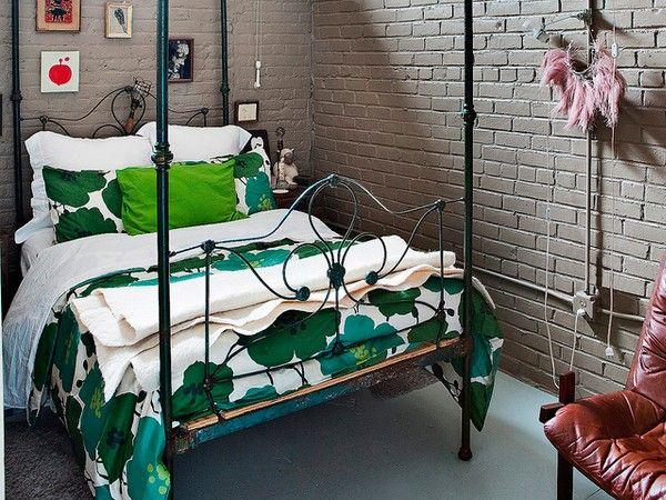 10. Если вы живете в панельном доме, не стоит возводить декоративную кирпичную стену в интерьере. Скорее всего, она будет казаться инородной. Если же дом действительно сложен из кирпичей, то прежде чем оставить их на виду, хорошо продумайте общий стиль всего пространства квартиры.