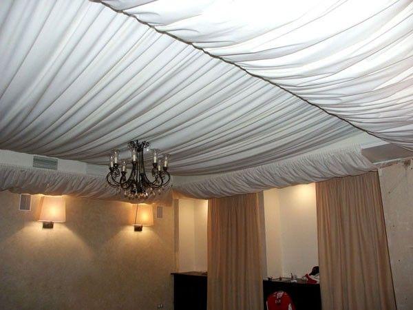 11. Драпировка тканью является очень интересным способом отделки потолка. Текстильное покрытие можно закрепить на перекрытии по-разному. От выбранного способа фиксации, будет зависеть и общее настроение, а так же соответствие остальному интерьеру.