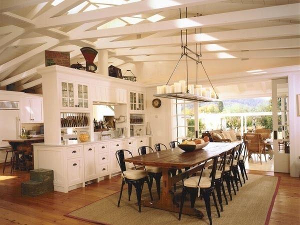 13. Очень редко в квартирах можно встретить потолки, украшенные балками. Не для каждого интерьера подходит такое решение. Балочные потолки идеально вписываются в интерьеры кантри, прованс и в колониальном стиле.