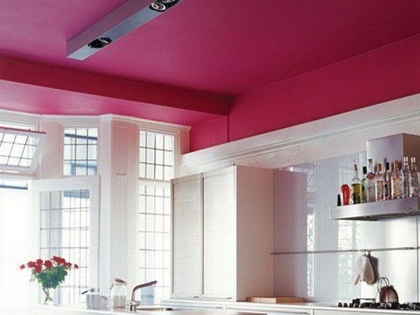 12. Окрашивание является самым простым способом декорировать потолок. Прежде, чем взяться за валик, необходимо поверхность выровнять.