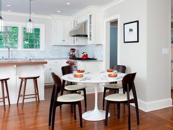Интерьер кухни с круглым столом