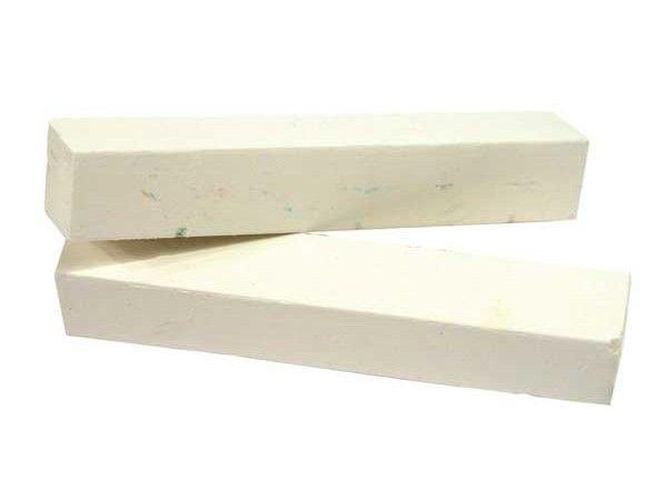 13. Мгновенный ремонт стены. Для быстрого устранения мелких вмятин и царапин на ваших стенах найдите кусок мела соответствующего цвета и затрите эти участки.