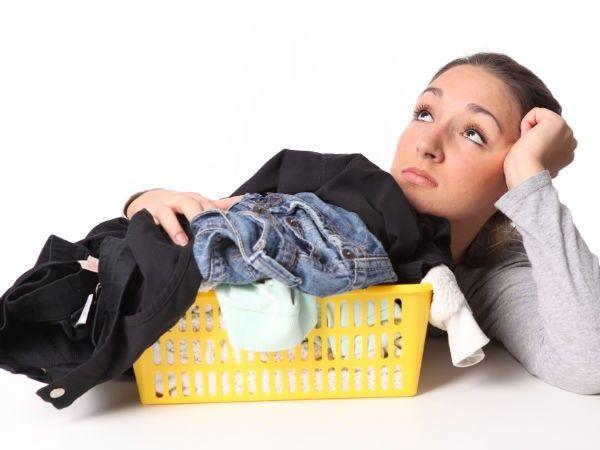 1. Удалить жирные пятна. Натрите мелом запачканную область и оставьте на 10 минут. Это поможет поглотить жир. Перед загрузкой в стиральную машину вытрите излишки мела.