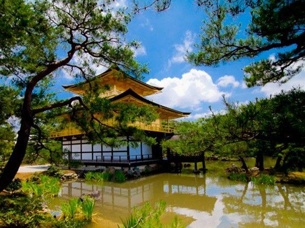 2. Золотой павильон, один из основных буддийских храмов в Киото, буквально покрыт золотом: два верхних этажа полностью укрыты листами сусального золота. Кристальная гладь озера Кёкоти, на берегу которого возвышается храм, отражает великолепное сияние этого золотого чуда.