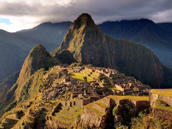 4. Мачу-Пикчу. Самый известный и самый загадочный памятник культуры инков в мире, само собой, включенный в список ЮНЕСКО. Мачу-Пикчу был открыт всего сто лет назад по чистой случайности: кто-то из местных крестьян рассказал археологам о древних высокогорных руинах. Это единственный нетронутый испанцами монумент инков: либо завоеватели просто не дошли сюда, либо крестьяне им попались менее болтливые.