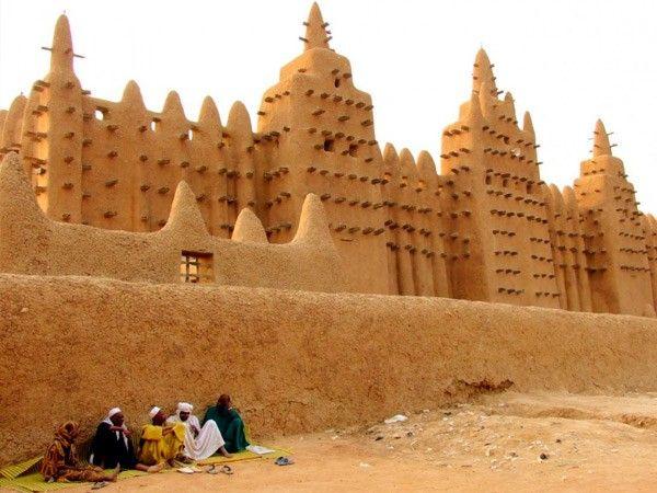 6. Великая мечеть Дженне, расположенная в пойме реки Бани на территории Мали, является самым большим глинисто-наносным зданием в мире. Строительство религиозного сооружения, ставшего крупнейшим в мире памятником судано-сахельского архитектурного стиля, завершилось в 1907 году (по другим данным - в 1909 году).