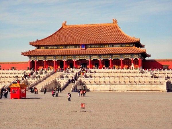 12. Запретный город. Здание было построено в 1406-1420 годах, здесь на протяжении 5 столетий проживало 24 императора династий Мин и Цин. В строительстве принимали участие 1 млн. строителей и более 100 тысяч других специалистов.