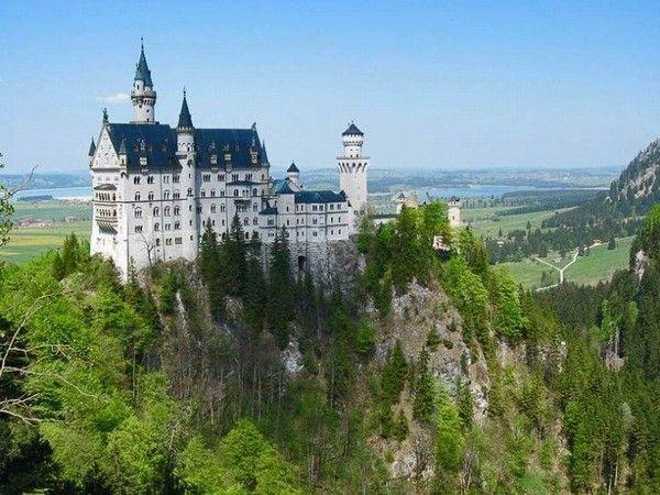11. Замок Нойшванштайн. Будто парящий над неприступными горами, замок Нойшванштайн просто зачаровывает с первой секунды знакомства. Отреставрированный в 2009 году, замок теперь выглядит ещё более величественно и изящно. Это одно из самых популярных среди туристов мест на юге Германии.