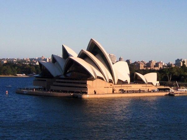 1. Сиднейский оперный театр. Крыши Сиднейского оперного театра архитектор решил выполнить из сегментов сферической формы, постоянной кривизны. Чуть позже Йорн Утзон расскажет, что источником вдохновения послужила корочка апельсина, снятая треугольными сегментами. Разница со зданием только в масштабе.