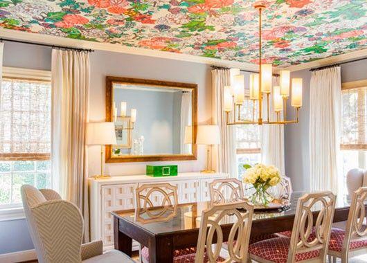 1. Яркий потолок. Мир перевернулся с ног на голову. Почему потолок должен быть обязательно белым? Выбирая натяжной потолок, вы можете сами придумать для него необычный рисунок.